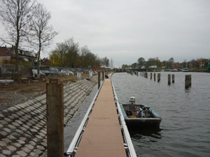 Endphase des neuen Schwimmstegs beim WSV Waterman-Hellevoet
