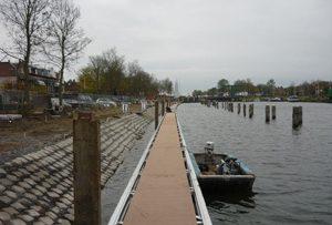 Laatste fase nieuwe drijvende steiger bij WSV Waterman-Hellevoet