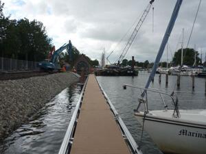 Nieuwe drijvende steiger bij WSV Waterman-Hellevoet